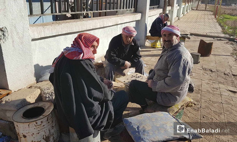 Civilians from the city of Qamishli sitting on a pavement in the al-Quwatli neighborhood- 30 January 2018 (Enab Baladi)