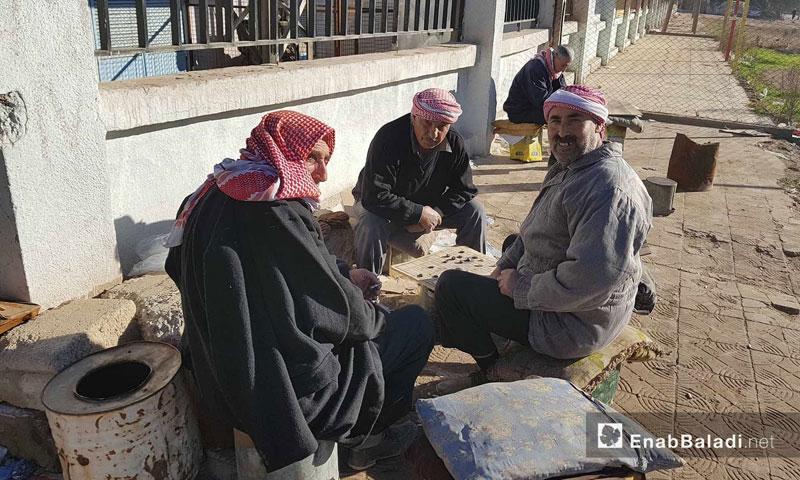 Civilians from the city of Qamishli siting on a pavement in al-Quwatli neighborhood- 30 January 2018 (Enab Baladi)