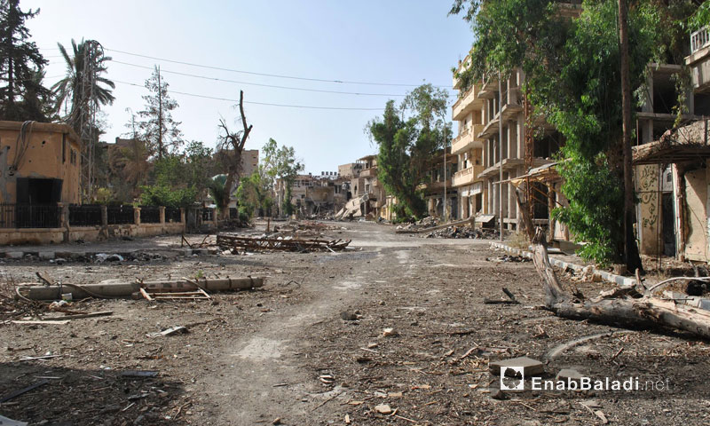 The main street in the city of Deir ez-Zor with al-Rawi Mosque to the left of the image – 2013 (Enab Baladi)