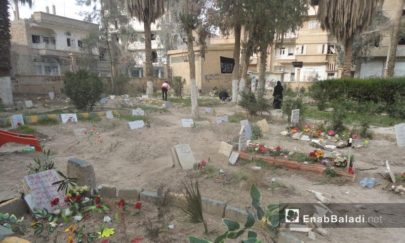 Graves dug by families in al-Mashtal park in Sheikh Yassin neighborhood in Deir ez-Zor city – 2013 (Enab Baladi)