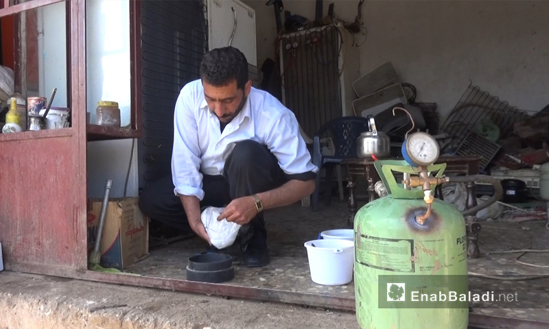 Samer al-Diab experimenting to extract hydrogen-based fuel in northern Homs – April 2018 (Enab Baladi)