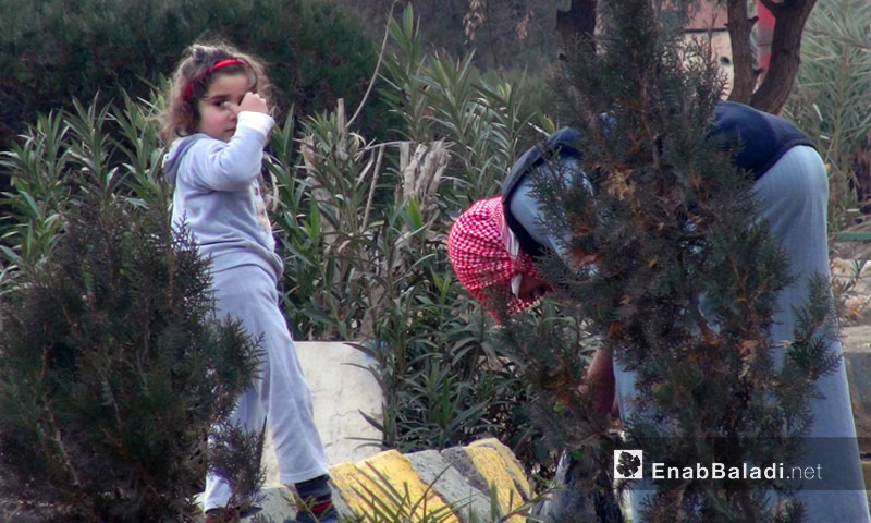 A little girl helping her father clan up the surrounding of his house in Deir ez-Zor – 2013 (Enab Baldi)