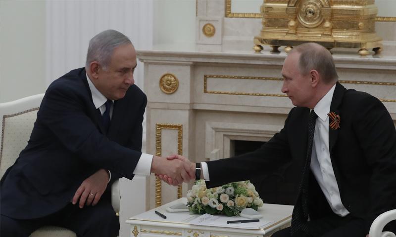 Russian President Vladimir Putin shaking hands with the Israeli Prime Minister Benyamin Netanyahu– May 9. 2018 (AP)