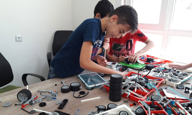 Syrian children being trained on robot technology in the city of Gaziantep (Turk Press)