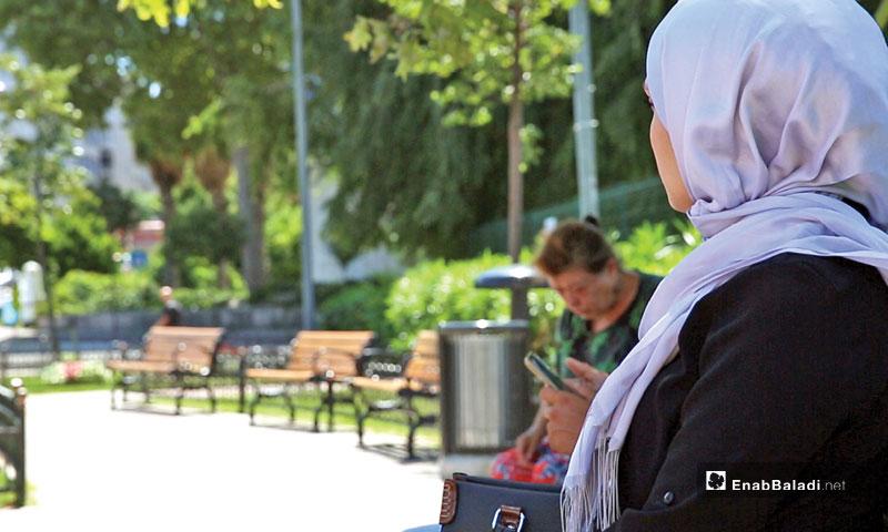 Expressive, a Syrian young woman at a park in Istanbul city (Enab Baladi)
