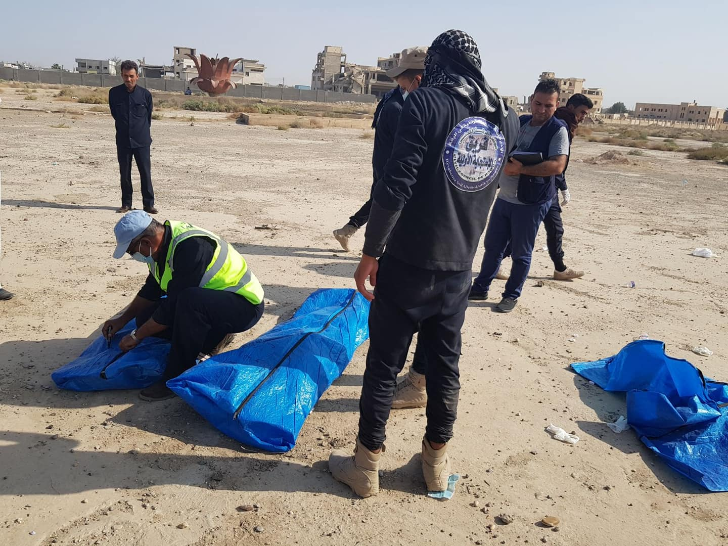Initial Response Team recovering bodies out of a mass grave in Raqqa (Raqqa Civil Council) - October 5, 2018