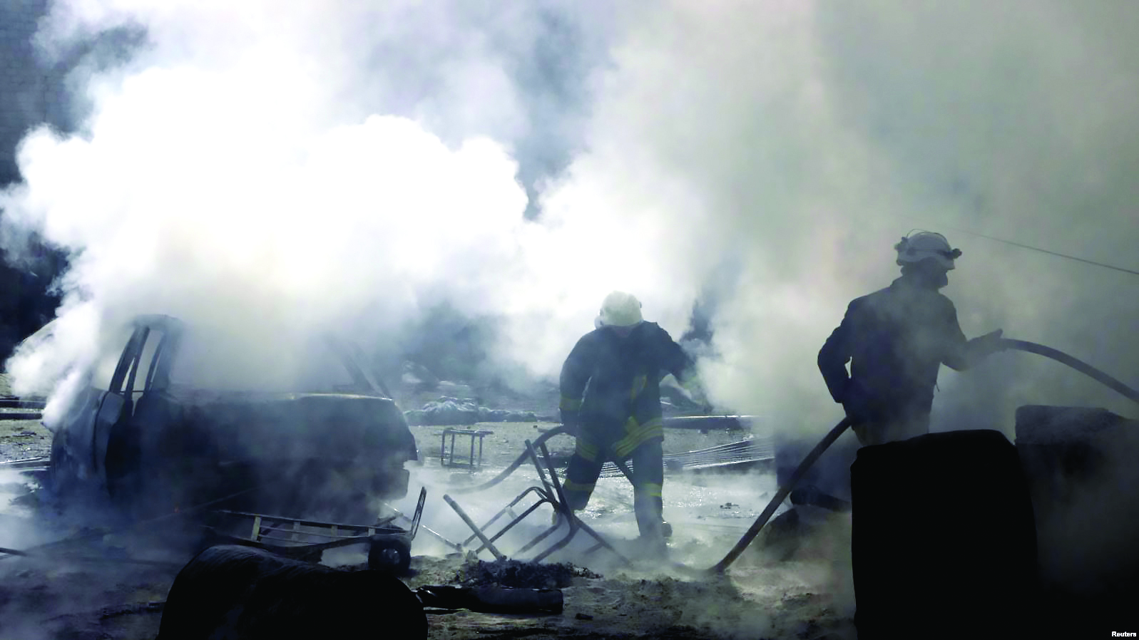 Civil Defense teams at a site bombed by the Syrian regime forces in Qazi Askar neighborhood in Aleppo - March 5, 2015 (Reuters)