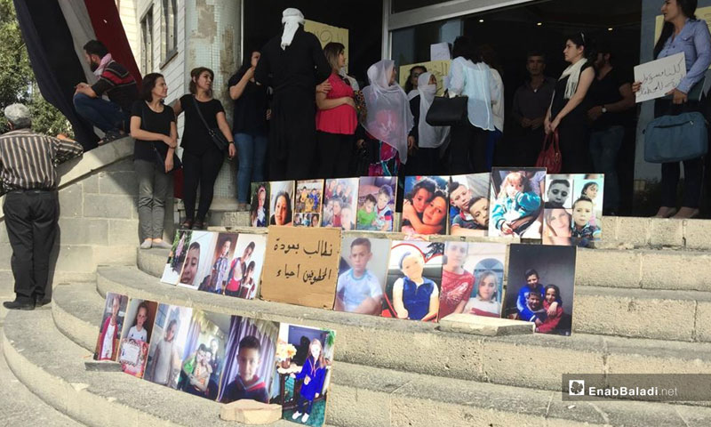 The people of Sweida in a sit-in in front of the governorate's Provincial Department – October 4, 2018 (Enab Baladi)