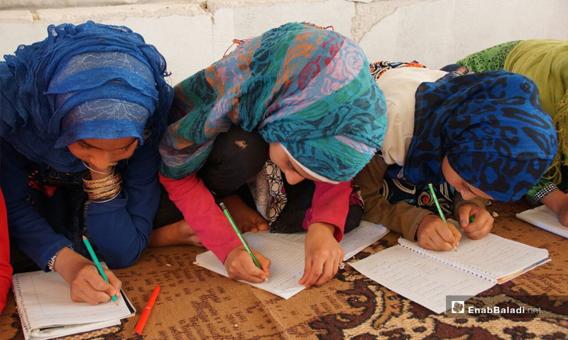 Students taught without books in a tent, rural Hama (Enab Baladi)
