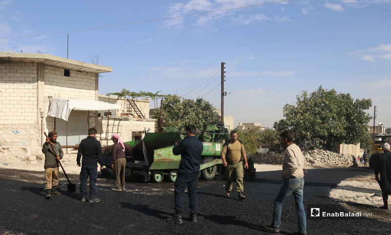Paving the roads with asphalt at the town of Hass, rural Idlib – November 2018 (Enab Baladi)
