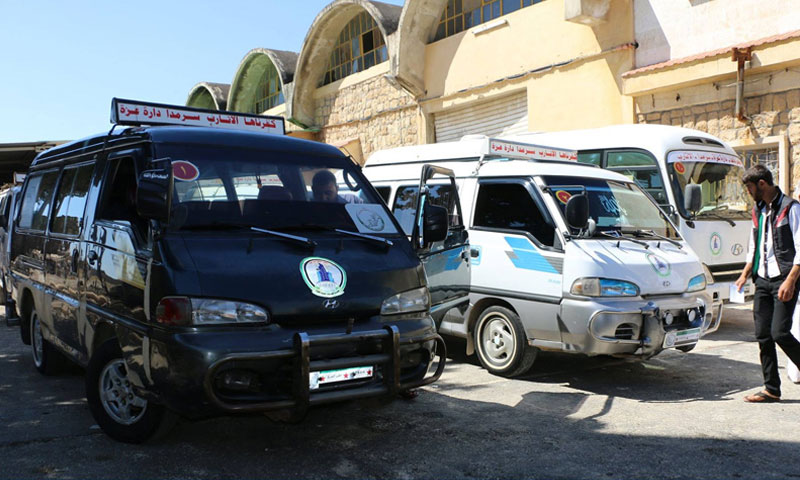 Buses transporting people on the road between western rural Aleppo and northern rural Idlib (Free Aleppo Provincial Council)