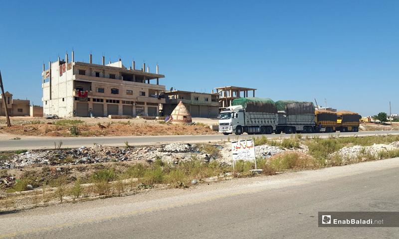 Trucks passing through the Murak Crossing after it was reopened, rural Hama – November 2, 2018 (Enab Baladi)