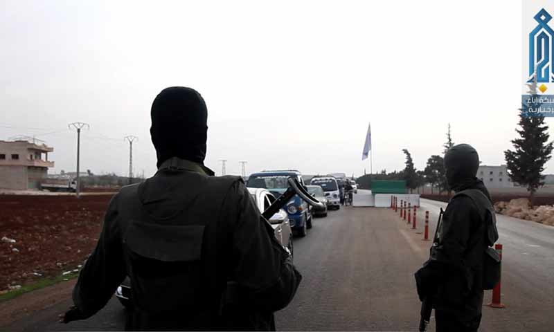 """Troops of """"Tahrir al-Sham"""" at the checkpoints spreading in northern Idlib (Ebaa Agency)"""