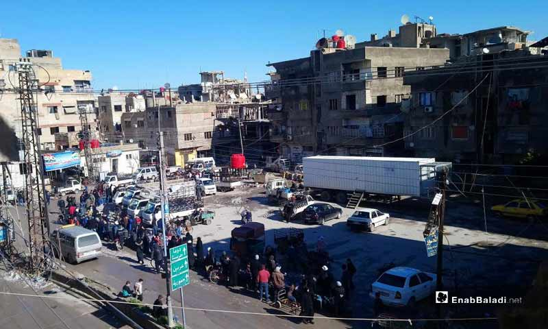 Citizens queuing waiting for the distribution of gas pipes in Saqba, Eastern Ghouta – January 17, 2019 (Enab Baladi)