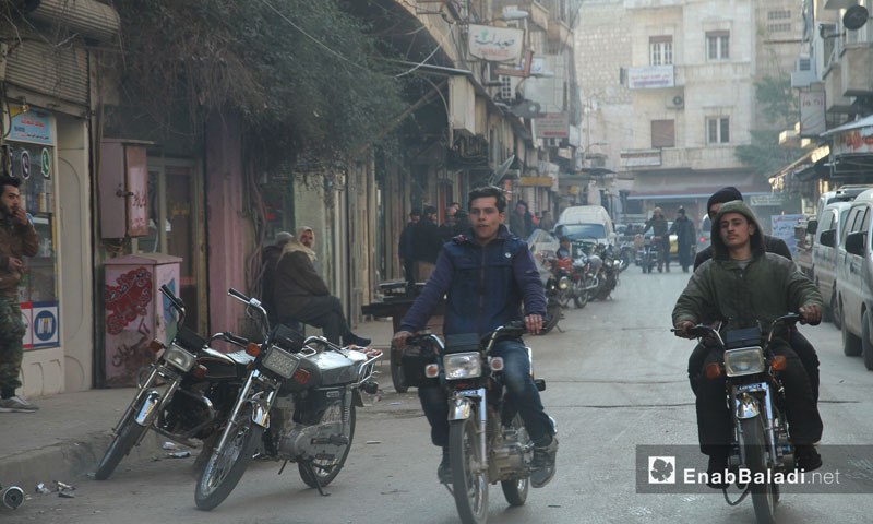 Passersby in the cellphone's market in the city of Idlib – February 9, 2017 (Enab Baladi)