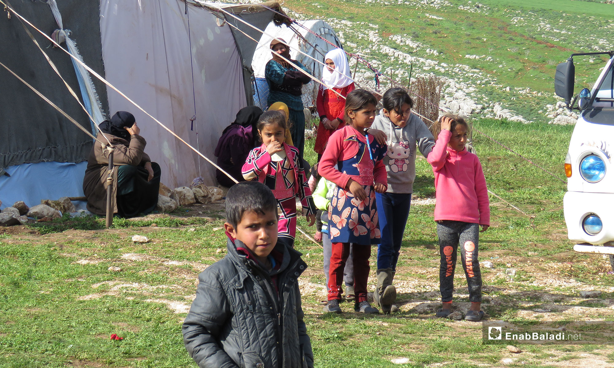 Children from the village of al-Huwayz being displaced to the area of Shair al-Maghar, under the protection of the Turkish observation point in al-Ghab Plain – Match 19, 2019 (Enab Baladi)