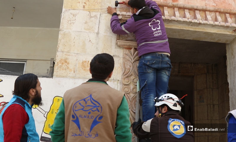 """Installation of lighting, under the """"Keep It Lit"""" campaign in the city of Idlib, conducted by civil organizations – April 12, 2019 (Enab Baladi)"""