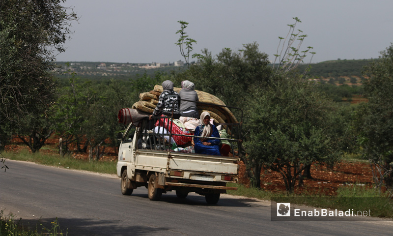 Families escaping the rural parts of Hama and Idlib due to intense Russian aerial shelling -May 1, 2019 (Enab Baladi)