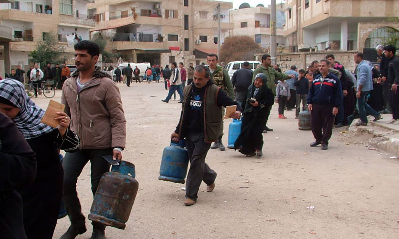 Citizens in Daraa governorate buying gas cylinders from the mobile distribution posts – December 17, 2018 (SANA)