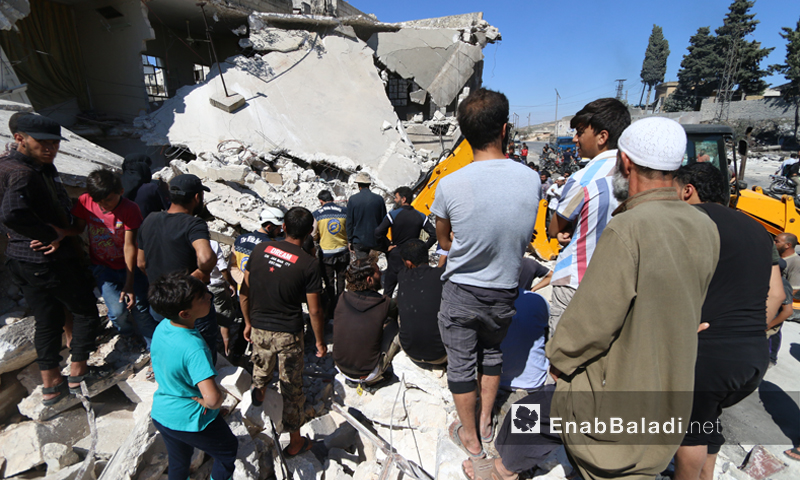 Teams of the Syrian Civil Defense pulling civilians out of the rubble of their houses which have been destroyed by the Russian aerial bombing of the Urum al-Jawz town, southern rural Idlib – July 21, 2019 (Enab Baladi)