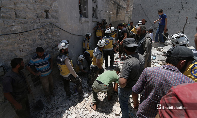 The Syrian Civil Defense pulls victims out of the rubble in the wake of the aerial shelling on Ariha, southern Idlib – July 12, 2019 (Enab Baladi)