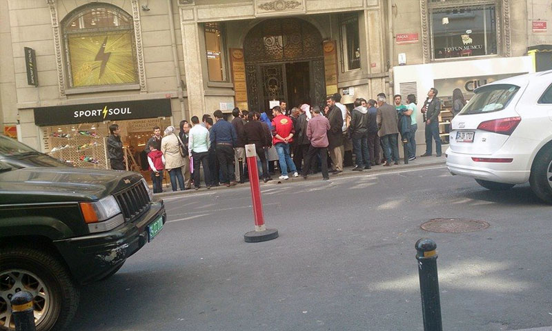Applicants congregating in front of the Syrian Consulate in Istanbul (Internet)