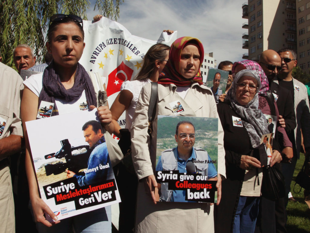 Turkish journalists protesting in front of the Syrian embassy in Ankara to demand the release of journalists Bashar Fahmi al-Kadumi and Cüneyt Ünal - August 31, 2012 (AP)