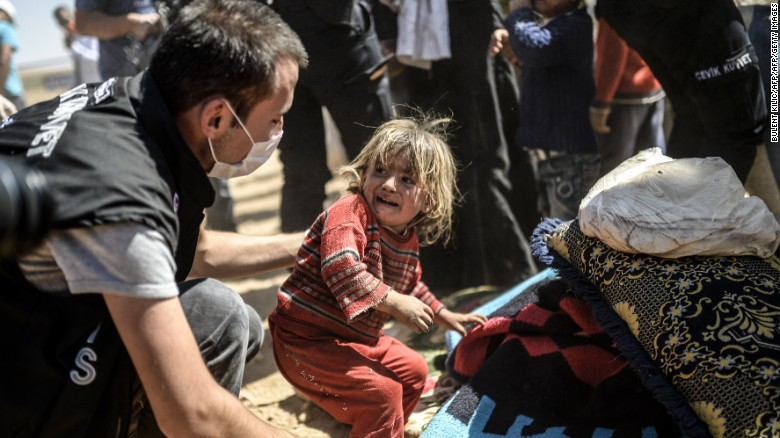 Syrian Kurdish girl crying as she crosses Turkish borders - September 23, 2014 (UNICEF)
