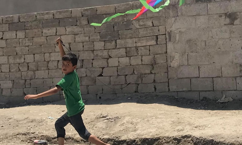 A child playing with a kite in the Syrian city of Raqqa - July 19, 2019 (photographer Abboud Hamam)