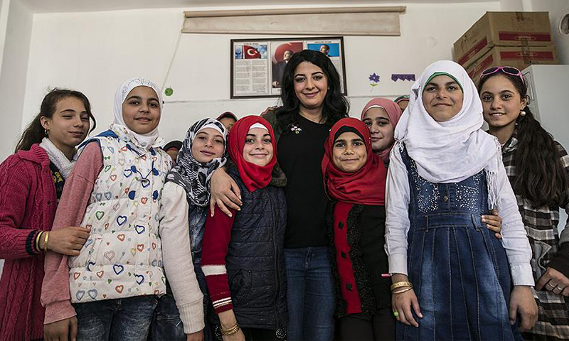 Turkish teacher and her Syrian students (AA)
