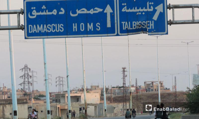 Traffic signs on the international highway of Damascus – Homs, 25 July 2017 (Enab Baladi)