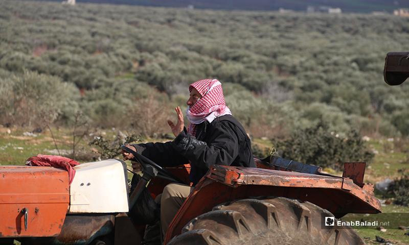 Families fleeing violence in the town of Ariha and the Jabal Zawiya area in Idlib countryside to safer areas near the Turkish border - 28 January 2020 (Enab Baladi)