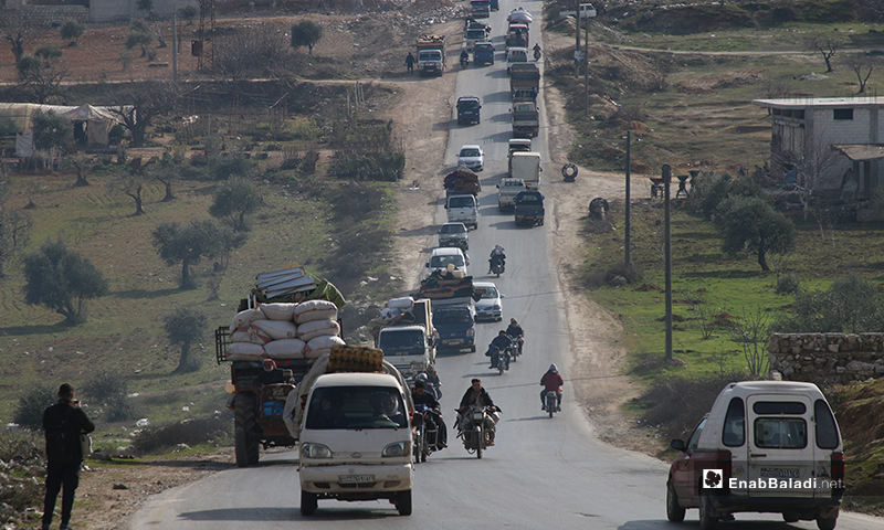 Families fleeing the violence in the town of Ariha and Jabal Zawiya areas in Idlib countryside to safer areas near the Syrian-Turkish border - 28 January 2020 (Enab Baladi)