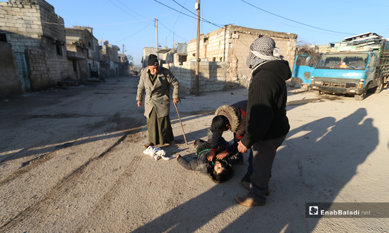 Civilians are trying to recover one of the barrel bomb victims in the town of Kafr Nouran in western Aleppo - 9 February 2020 (Enab Baladi)