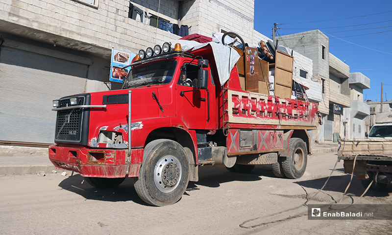 A vehicle loaded with furntiture and other belongings of a family displaced from western Aleppo - 9 February 2020 (Enab Baladi)