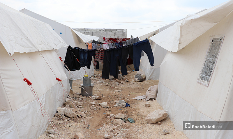 A laundry rope set between two plastic tents in al-Azraq camp of al-Bab city in rural Aleppo – 25 March 2020 (Enab Baladi)