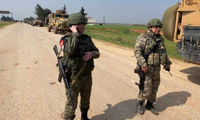 """Two officers of the Russian and Turkish armed forces on the """"M4"""" highway in Idlib countryside (Turkish Ministry of Defense)"""