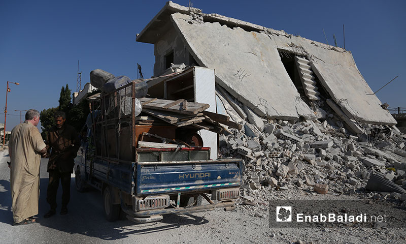 IDPs taking advantage of the relative calm during the ceasefire to move the furniture of their destroyed houses in the southern Idlib countryside - 6 September 2019( Enab Baladi )