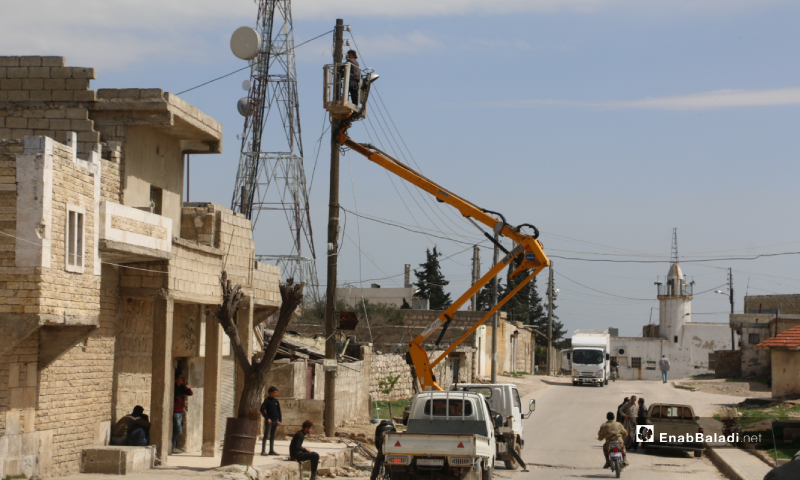 The installation of electricity lines in the town of Akhtarin of northern Aleppo, in cooperation between the town's local Council and the Syrian-Turkish Company for Electricity – 24 March 2020 (Enab Baladi)