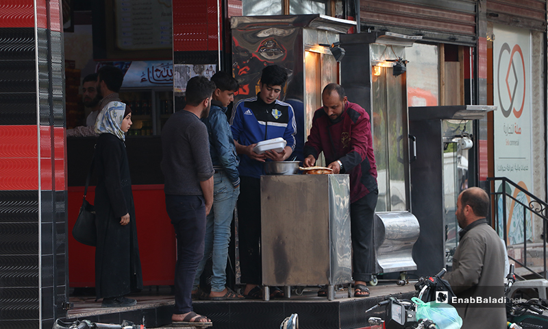 Grilled chicken seller in al-Bab city in rural Aleppo before the call to sunset prayer and iftar – 25 April 2020 (Enab Baladi)