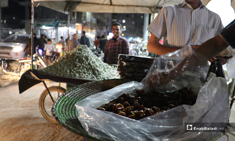 A street vendor selling dates and food items in al-Bab city in Aleppo countryside on the first night of Ramadan– 23 April 2020 (Enab Baladi)