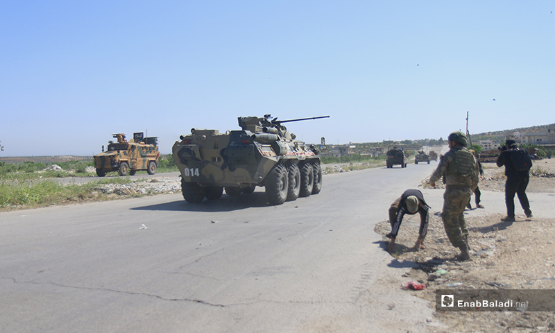 """Sit-in protesters on the Aleppo – Lattakia international """"M4"""" highway, throwing stones and pelting eggs at Russian military vehicles – 14 May 2020 (Enab Baladi)"""