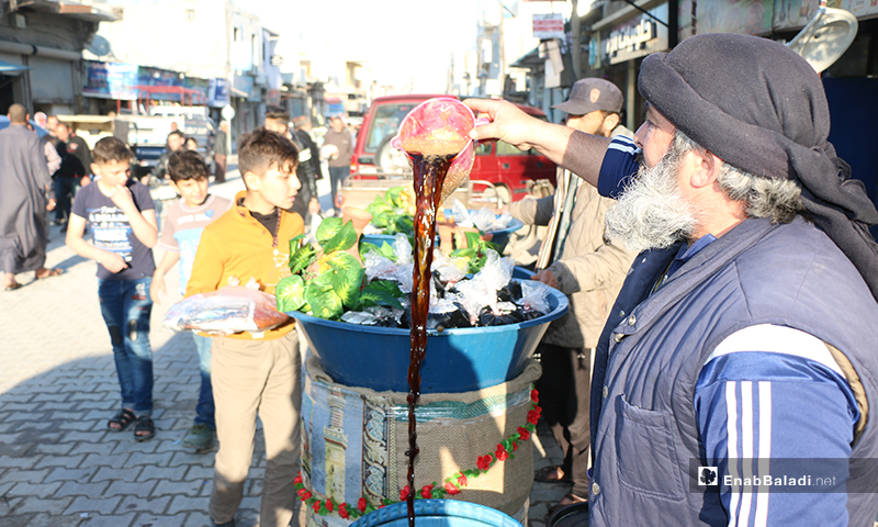 An old man selling traditional Ramadan drinks (ark sous, tamarind) in the city of Azaz in Aleppo Countryside - 30 April (Enab Baladi)
