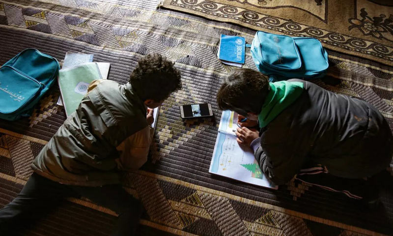 Syrian children taking their lesson remotely - Idlib (AFP)