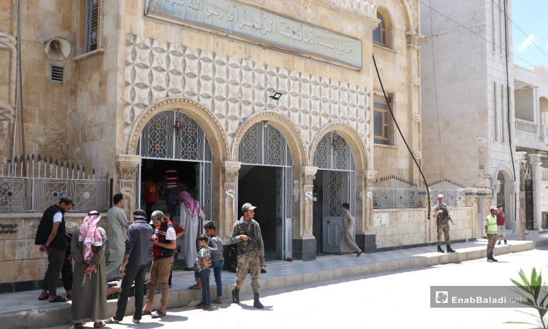 Elements of the police forces in front of al-Zahraa Mosque in al-Bab city during the first communal Friday prayer after lifting the curfew which was part of the measures taken to stem the spread of the novel coronavirus (COVID-19) pandemic – 29 May 2020 (Enab Baladi / Asim Melhem)