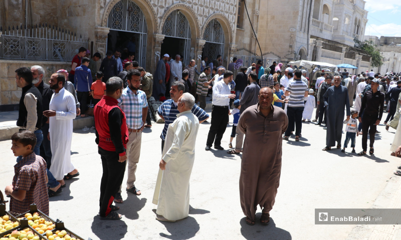 The residents exiting the al-Zahraa Mosque in al-Bab city after the end the first communal Friday prayer since imposing the coronavirus preventive measures – 29 May 2020 (Enab Baladi / Asim Melhem)