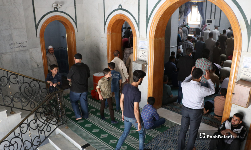 The arrival of the residents to al-Zahraa Mosque in al-Bab city to perform the first communal Friday prayer after lifting the curfew which was part of the measures taken to stem the spread of the novel coronavirus (COVID-19) pandemic – 29 May 2020 (Enab Baladi / Asim Melhem)