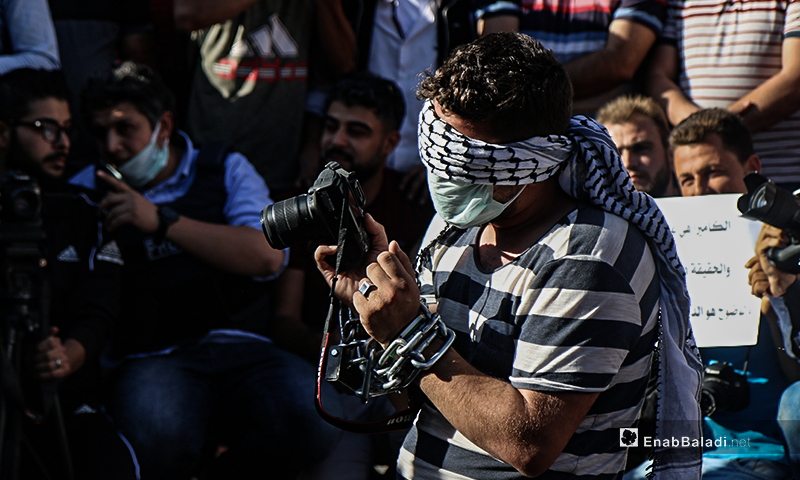 A protest stand against the repeated assaults by some opposition factions on journalists and photographers in northern Syria – 10 June 2020 (Enab Baladi / Yousef Ghuraibi)