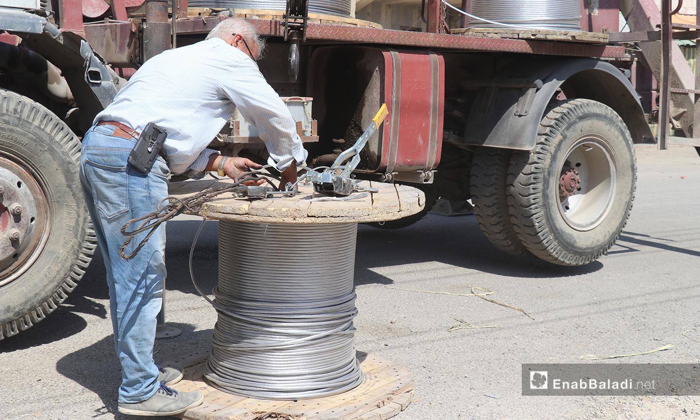 The installation of electric cables and equipping of utility poles in al-Rmaila and al-Huni neighborhoods in al-Raqqa city – 11 August 2020 (Enab Baladi / Abdul Aziz al-Saleh)