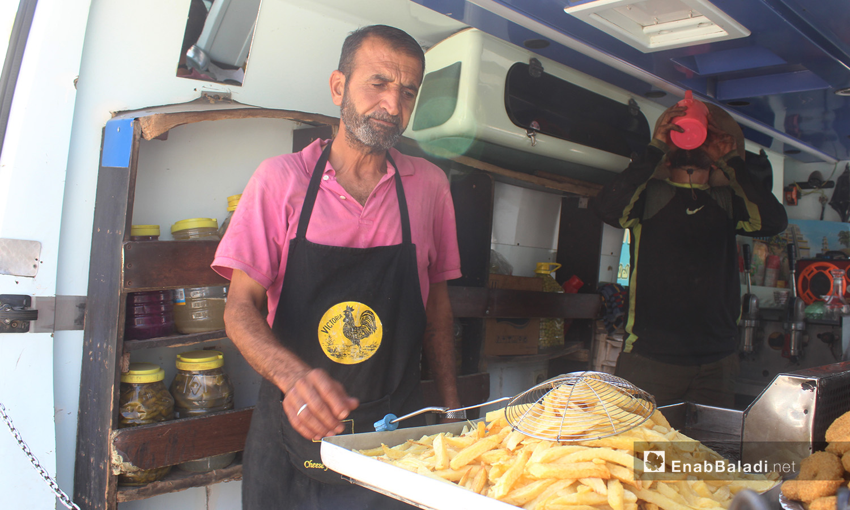 Shaher al-Asaad converted his vehicle into a shop selling sandwiches in Sarmada – September 2020 (Enab Baladi / Iyad Abdel Jawad)